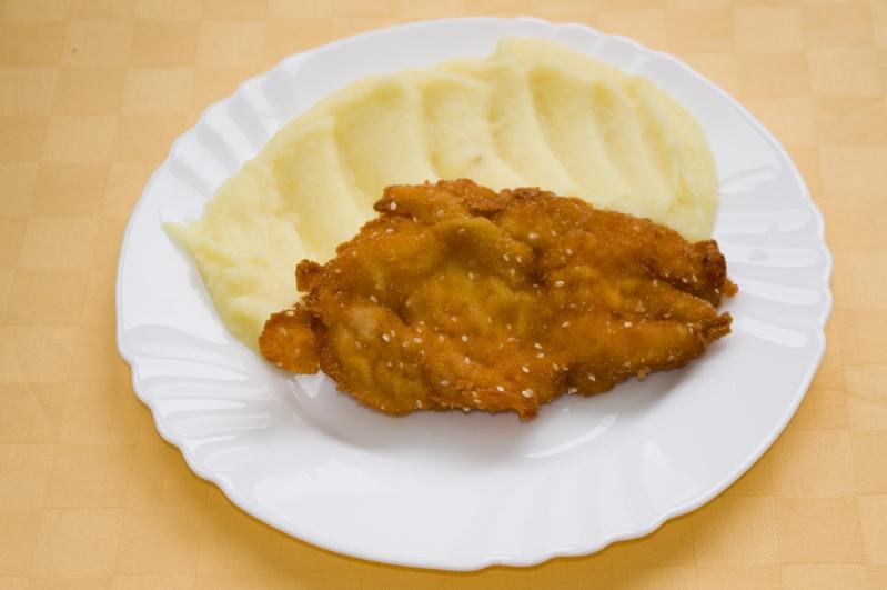 Morčací rezeň v sézamovej zmesi, zemiaková kaša.
