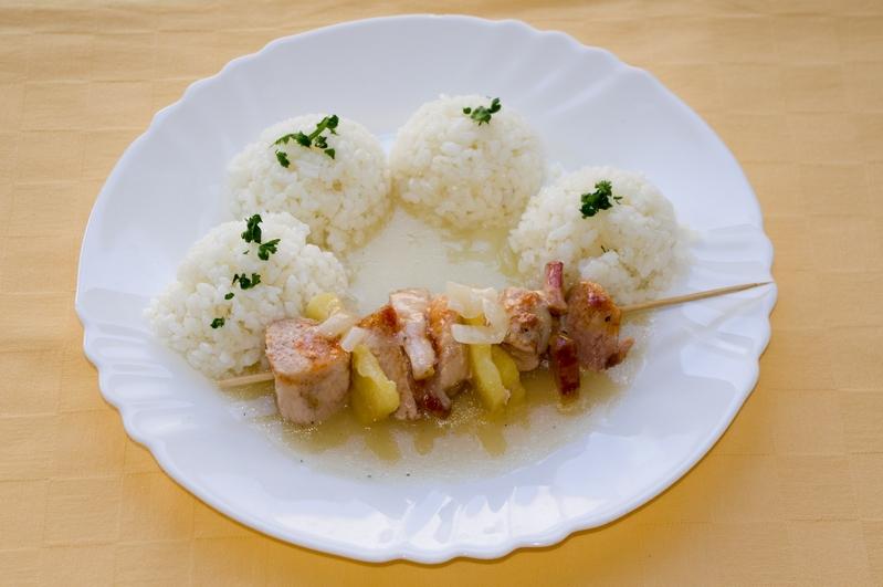 Morčacia ihla s ananásom a slanonou,ryža.