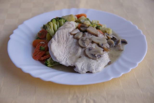 Morčacie prsia na šampiňónoch, zelenina dusená na masle