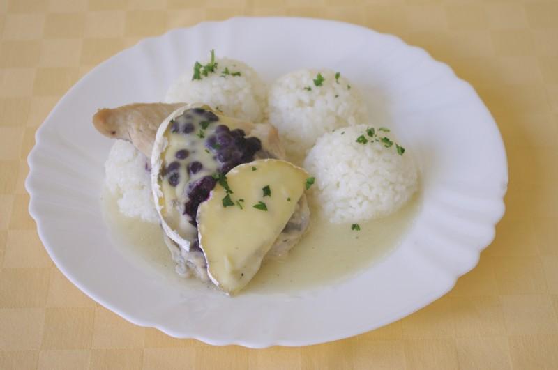 Morčacie prsia zapečené s čučuriedkami a camembertom, ryža