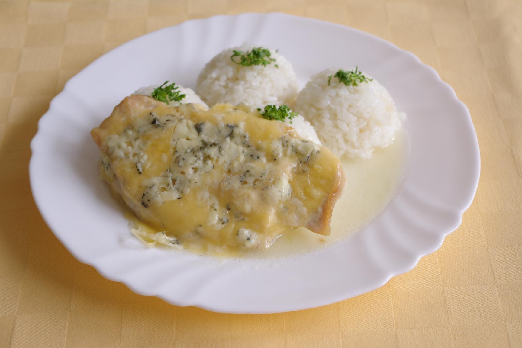 Morčacie prsia zapečené so syrom niva, ryža