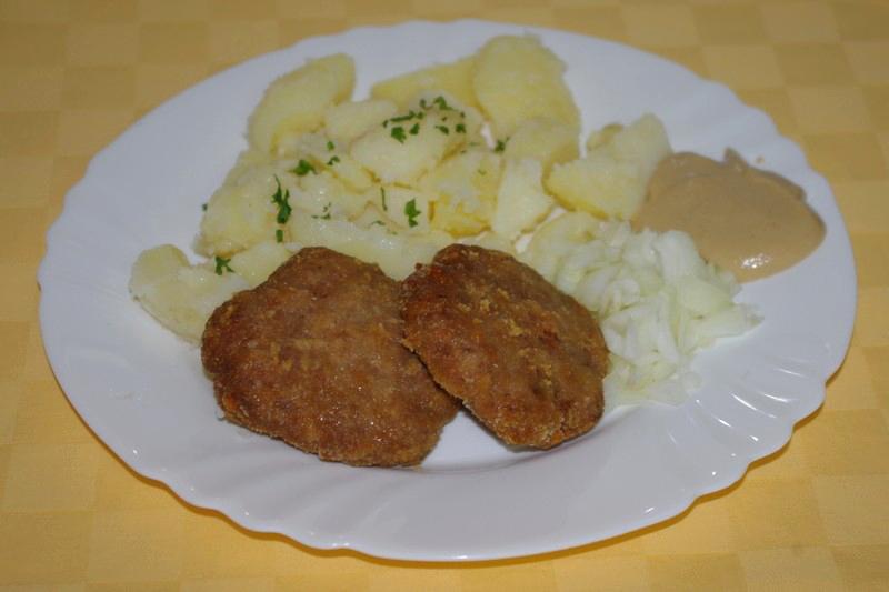 Pečené bravčovinky s horčicou a cibuľou, zemiaky s vňaťou