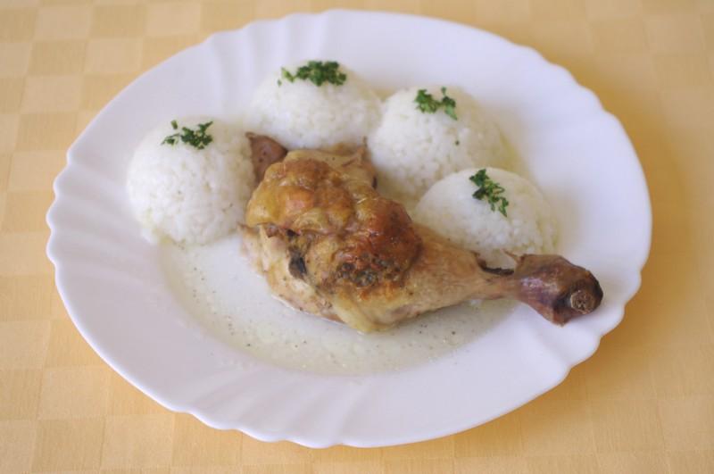 Pečené kuracie stehno s plnkou, ryža.