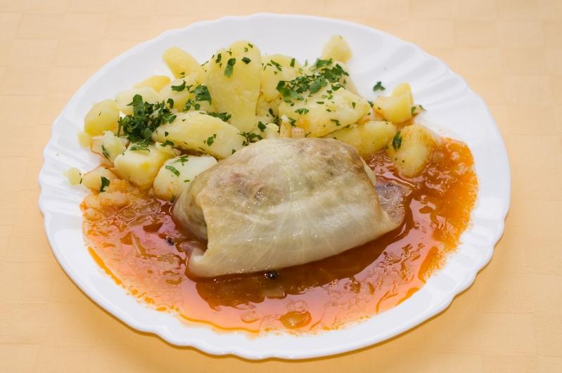 Plnený kapustový list ,zemiaky s vňaťou