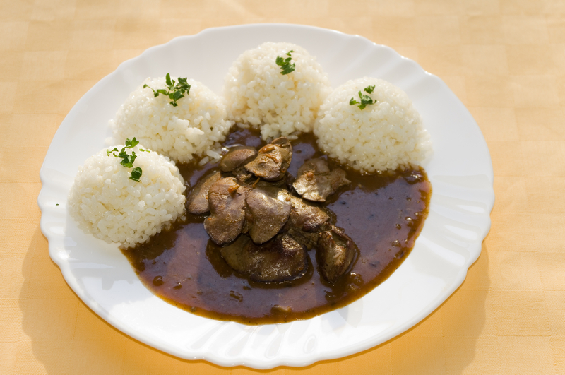 Restovaná králičia pečeň na cibuli, ryža