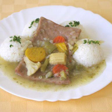 Robi-plátok-na-masle-s-jarnou-zeleninou-ryža-uhorkový-šalát