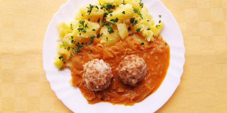 Ryžové-guľky-z-robi-mäsom-na-kapuste-zemiaky-s-vňaťou