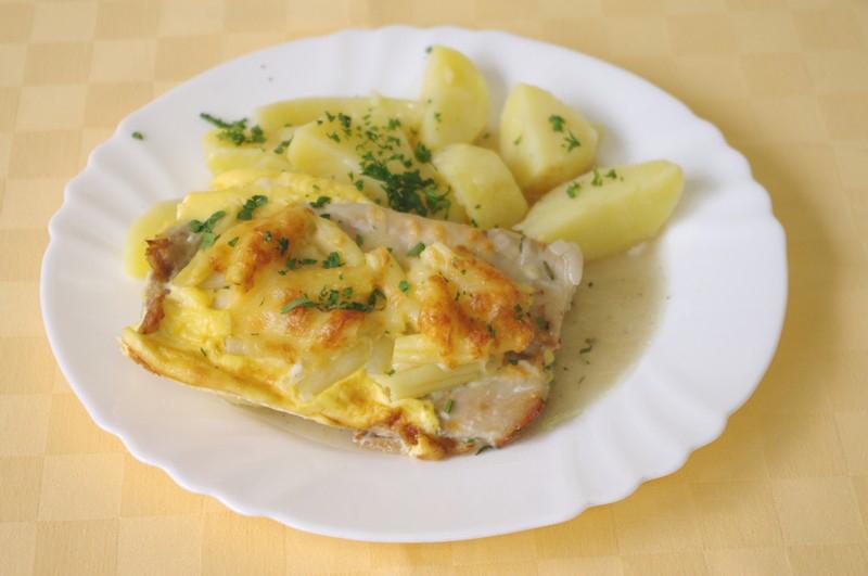 Ryba Mahi-mahi na kúpeľný spôsob, zemiaky s vňaťou.