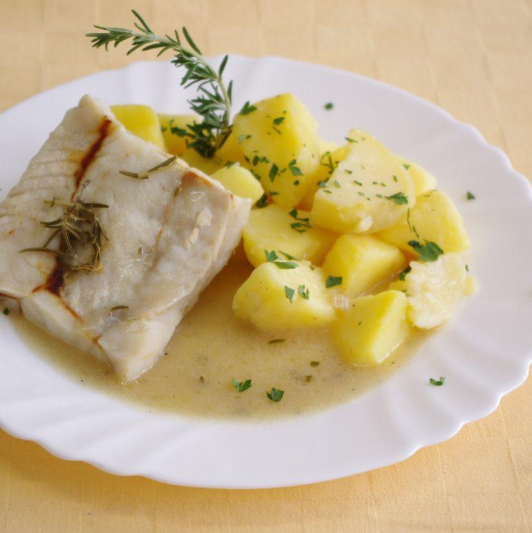 Rybie-filé-pečené-na-rozmaríne-zemiaky-s-vňaťou