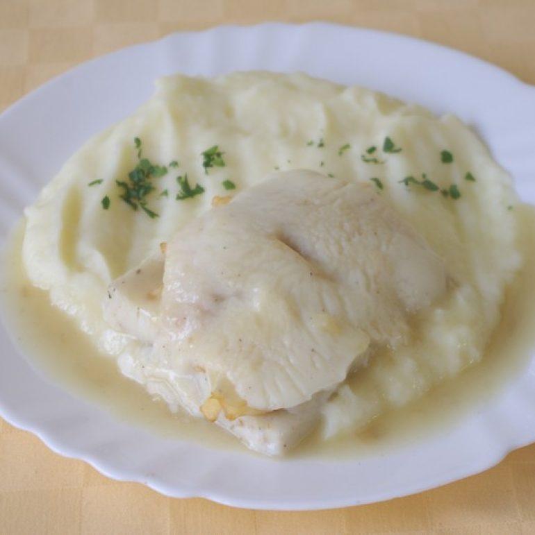 Rybie-filé-zapečené-s-jablkami-a-bešamelom-zemiaková-kaša-mrkvový-šalát