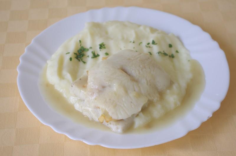 Rybie filé zapečené s jablkami a bešamelom, zemiaková kaša