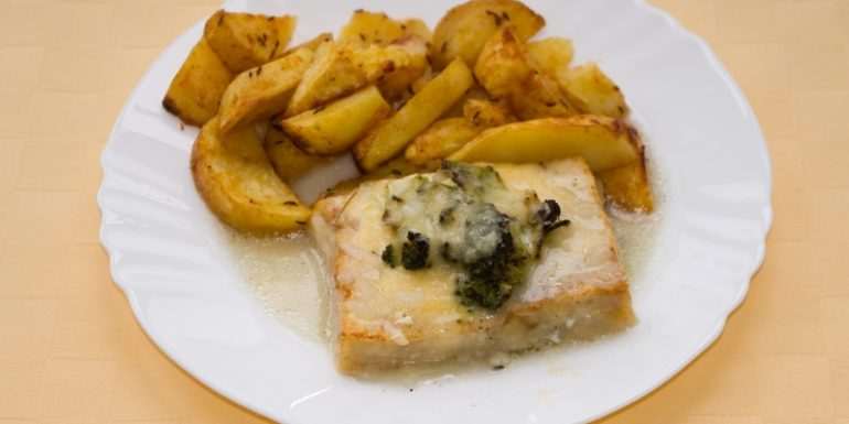 Rybie-filé-zapekané-s-brokolicou-pečené-zemiaky