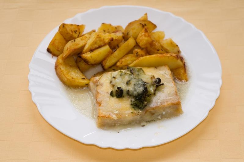Rybie filé zapekané s brokolicou, pečené zemiaky.