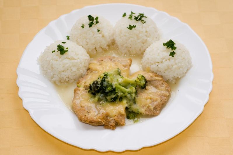 Sójové plátky zapečené s brokolicou a syrom, ryža.