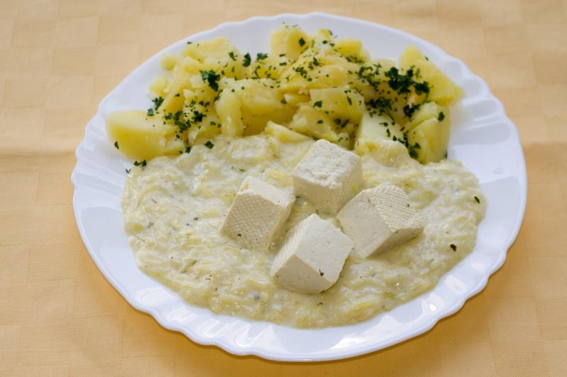 Tekvicový prívarok s tofu kockami, zemiaky s vňaťou