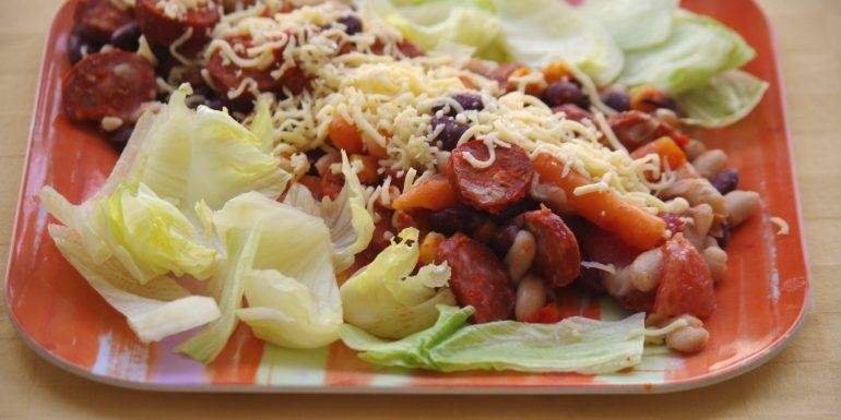 Texaský-fazuľový-šalát-s-klobáskou-a-syrom