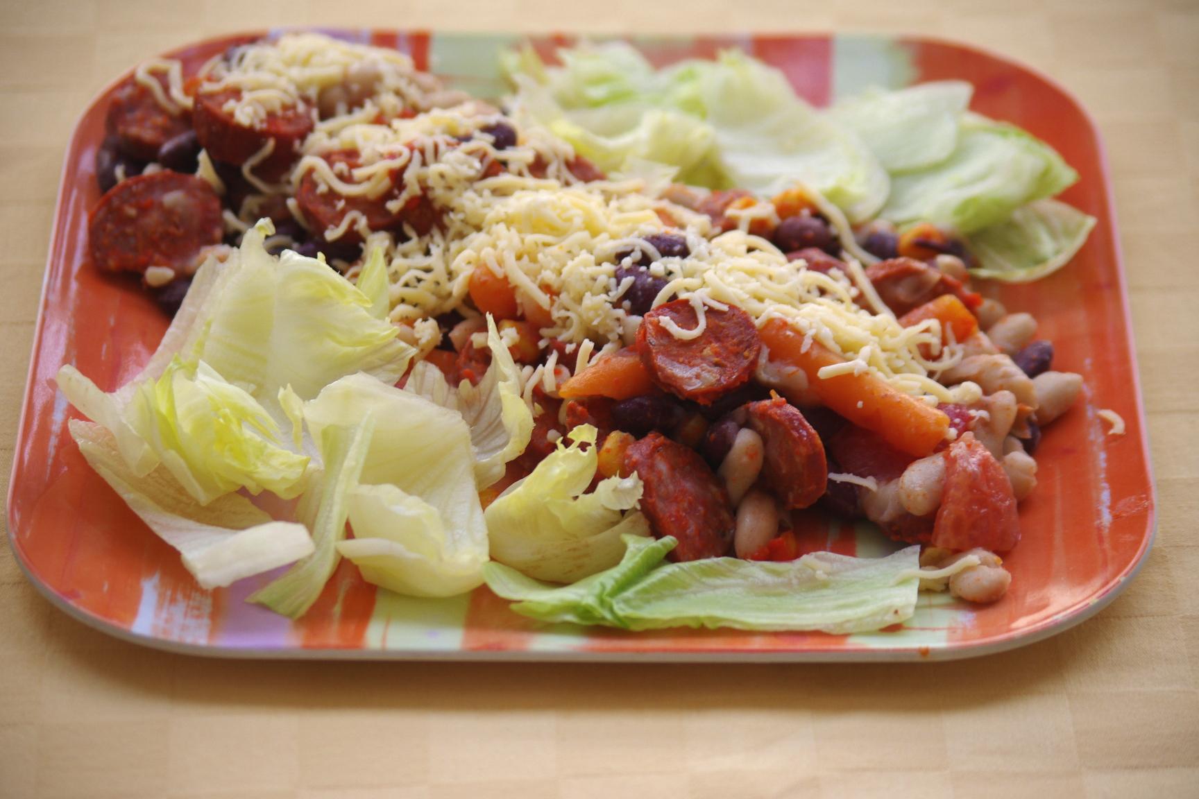 Texaský fazuľový šalát s klobásou a syrom