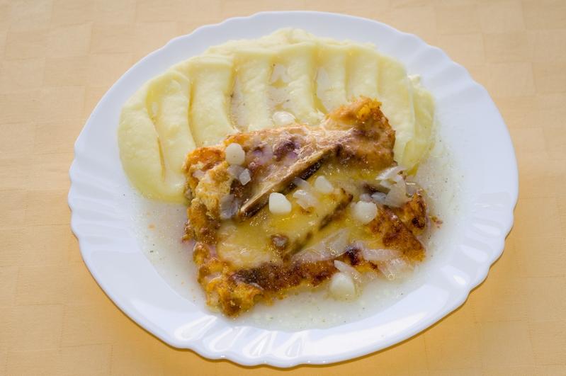 Tilapia gratinovaná so špargľou a syrom, zemiaková kaša.