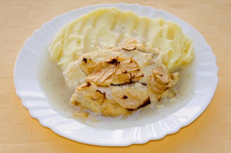 Tilapia zapečená s jablkami a bešamelom, zemiak.kaša.