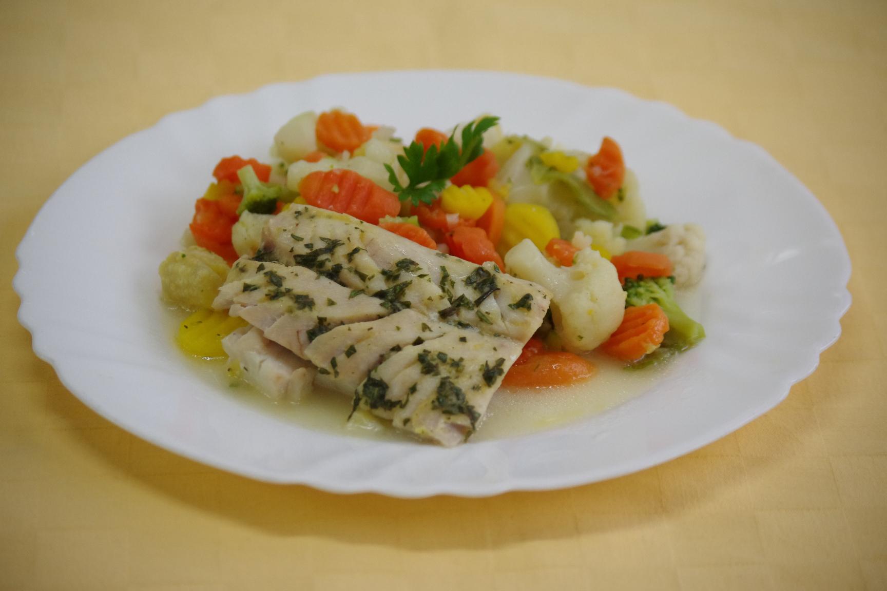 Treska tmavá pečená s bylinkovým maslom, dusená zelenina