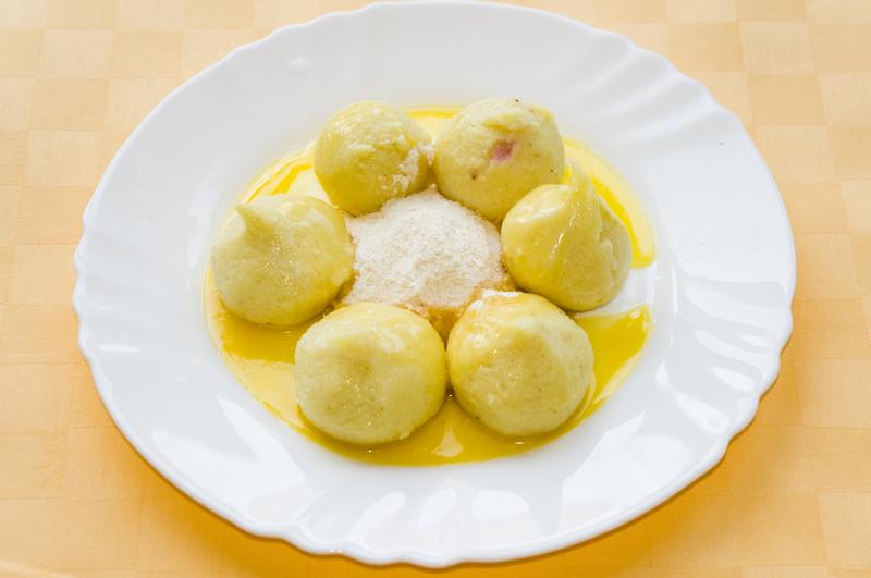 Tvarohové knedlíčky s jahodovou plnkou a sladkou strúhankou