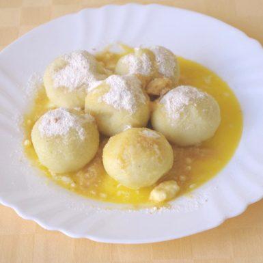 Tvarohové-knedle-plnené-jahodou-sladká-strúhanka-džús