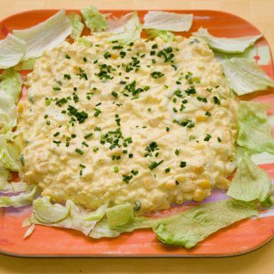Vajíčkovo-majonézový-šalát-s-kukuricou-a-jarnou-cibuľkou