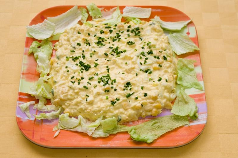 Vajíčkovo-majonézový šalát s kukuricou a jarnou cibuľkou.