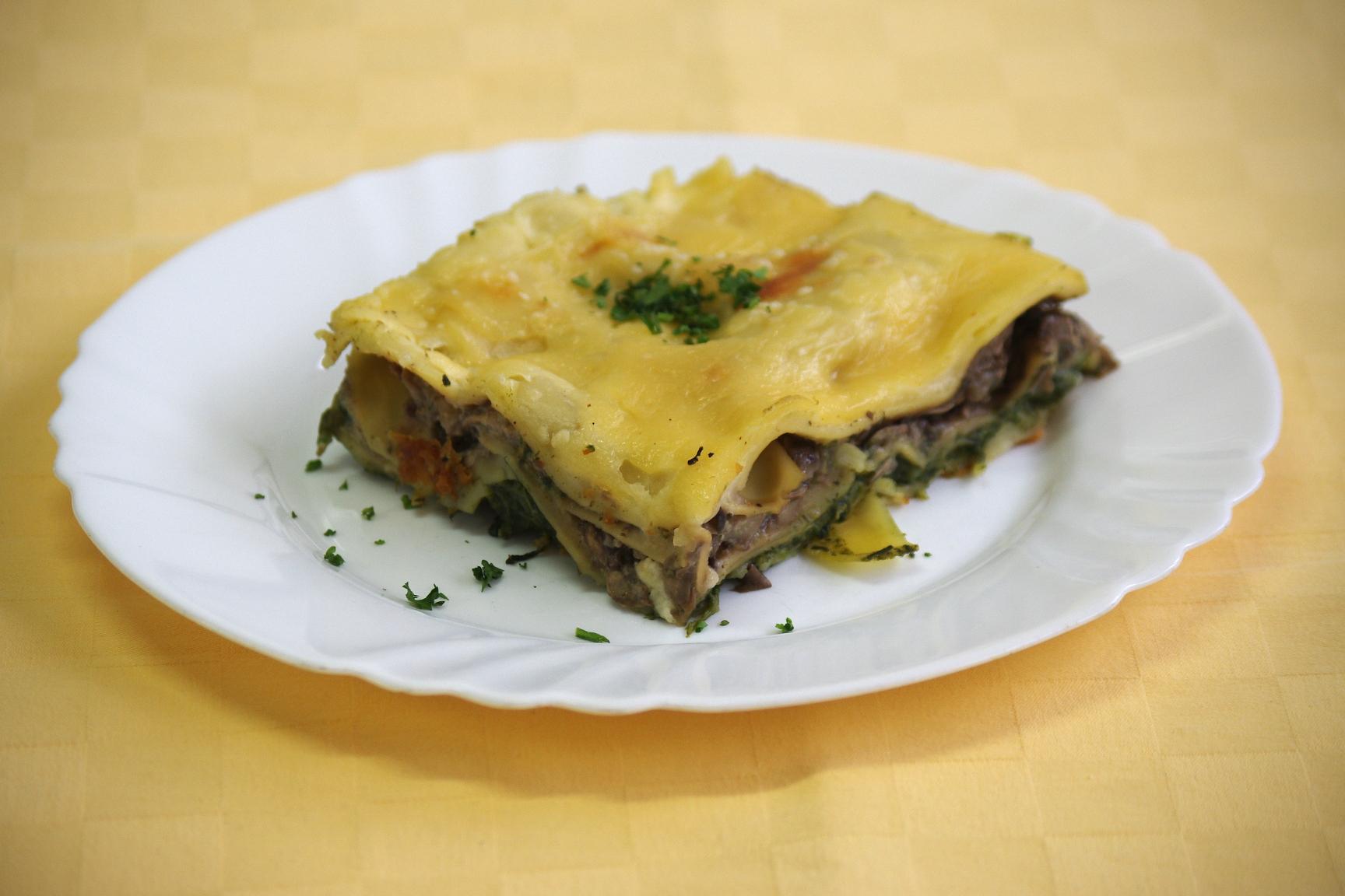 Vegetariánske lasagne s krémovým špenátom, hubami a bešamelom