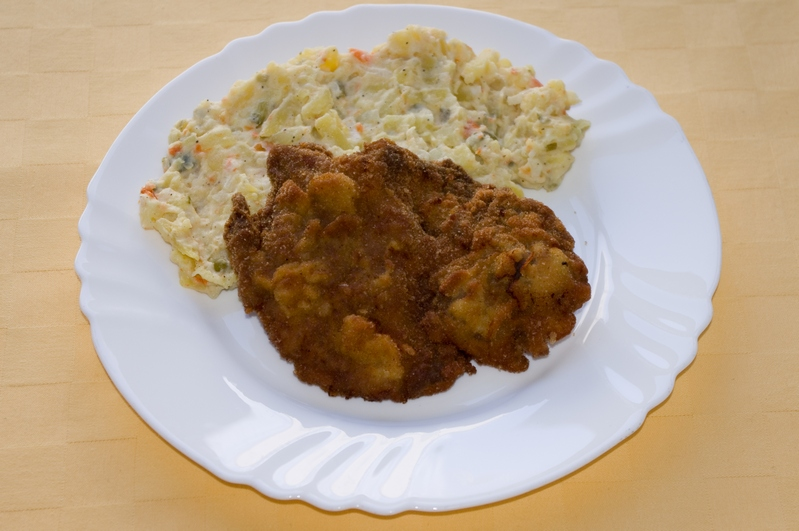 Vyprážaná bravčová krkovička, zemiakový šalát.
