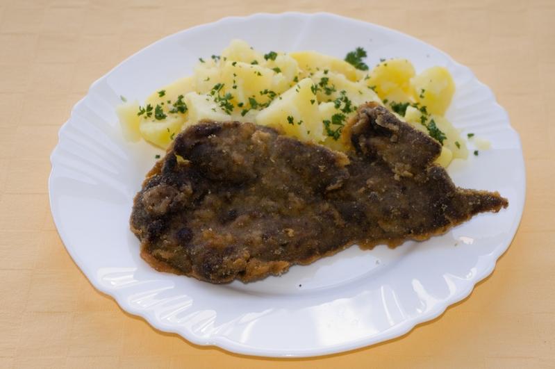 Vyprážaná bravčová pečeň, zemiaky s vňaťou