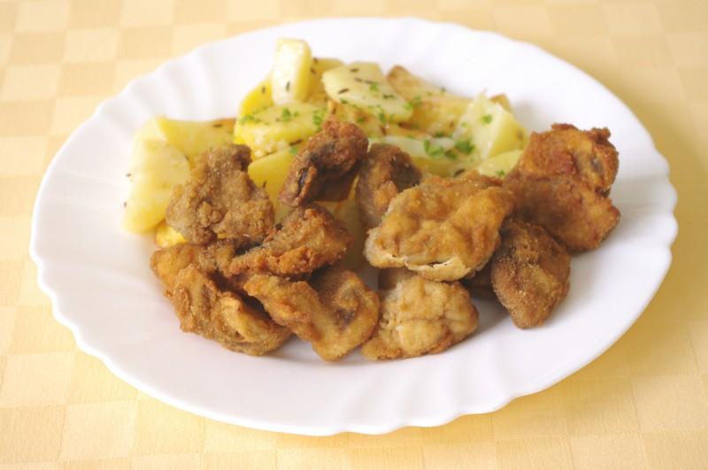Vyprážané šampiňóny, pečené zemiaky, tatárska omáčka