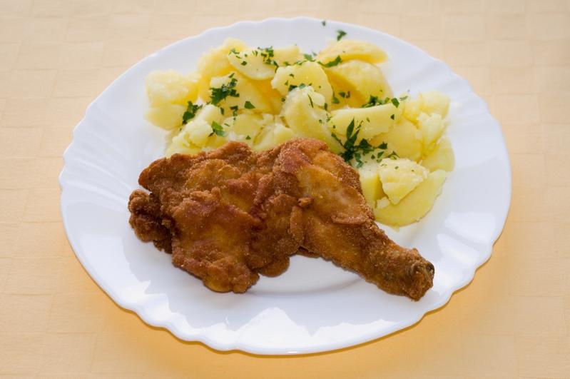 Vyprážané kuracie stehno,zemiaky s vňaťou