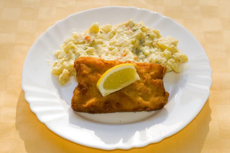 Vyprážané rybie filé, zemiakový šalát