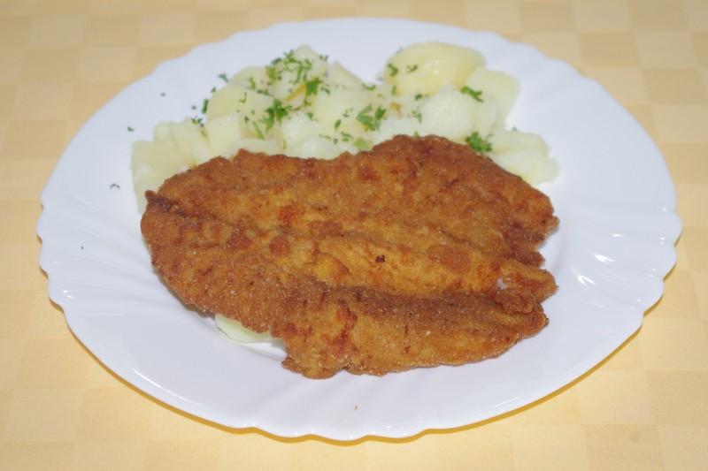 Vyprážaný morčací rezeň, zemiaky s vňaťou