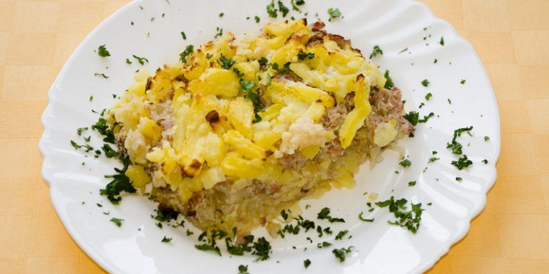 Zapekané-zemiaky-s-údeným-mäsom-a-kyslou-kapustou