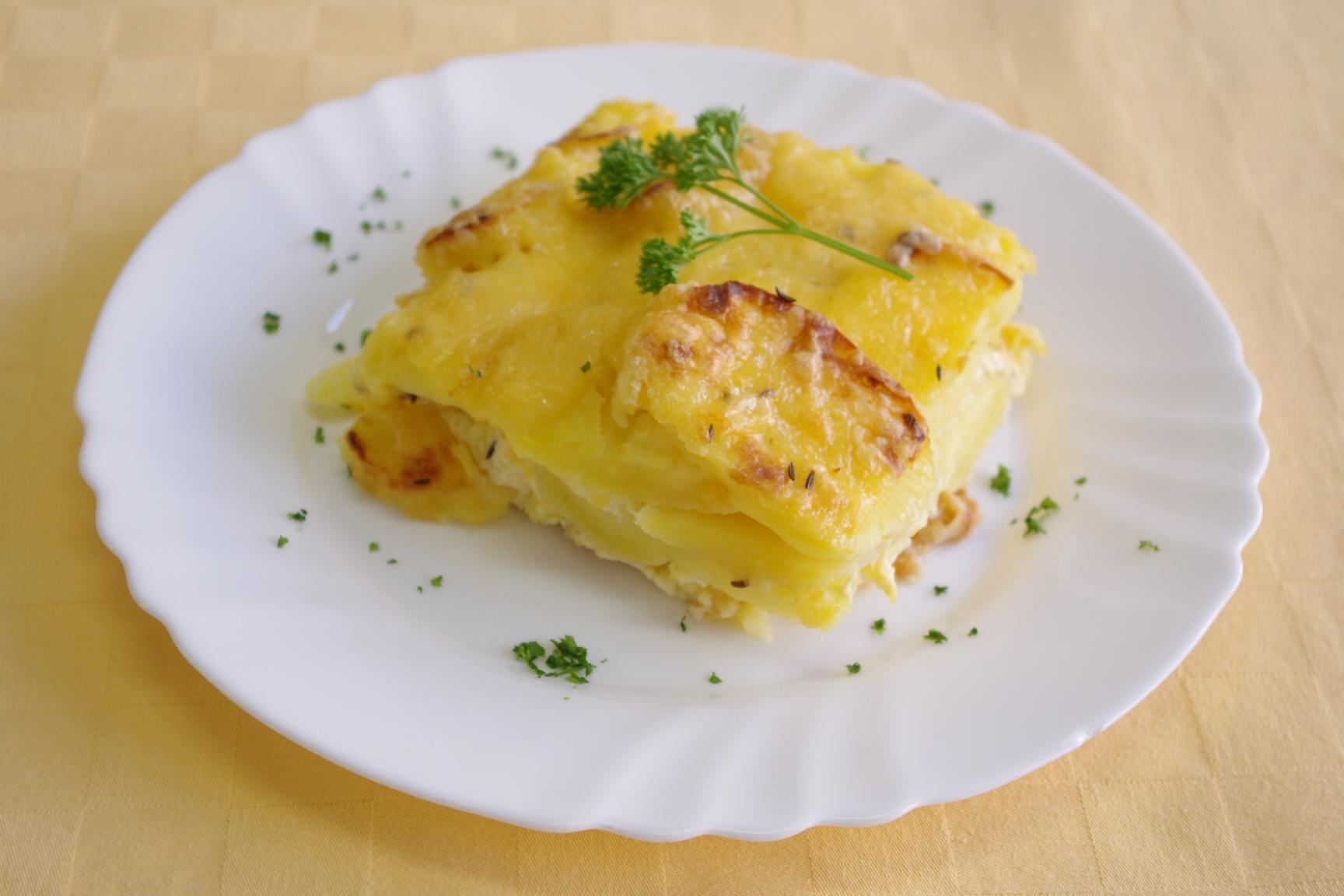 Zapekané zemiaky so syrom a vajcom